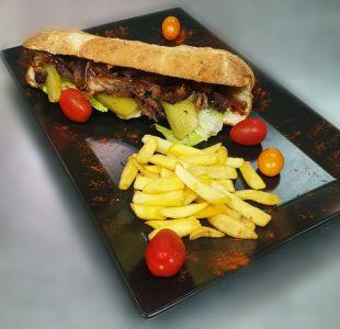 Sandwich cu coaste de porc in stil barbeque